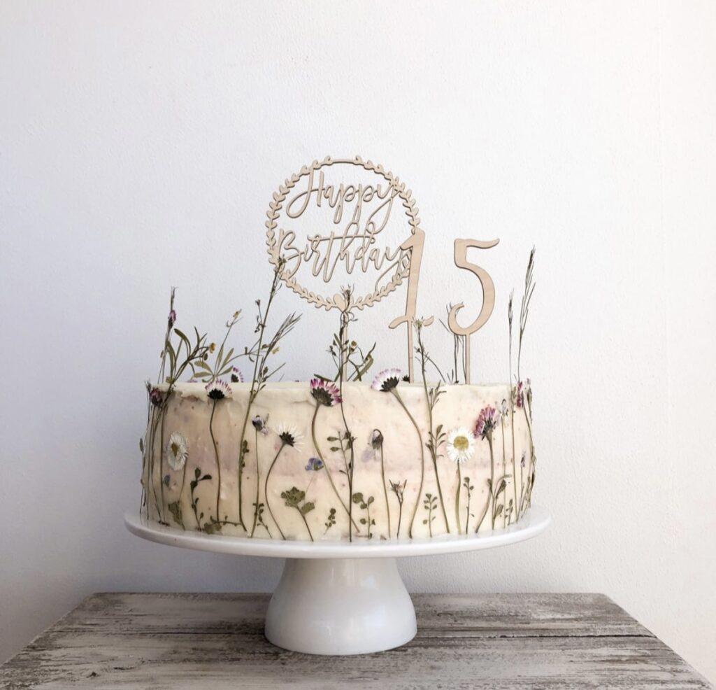 Geburtstagstorte mit getrockneten Blumen